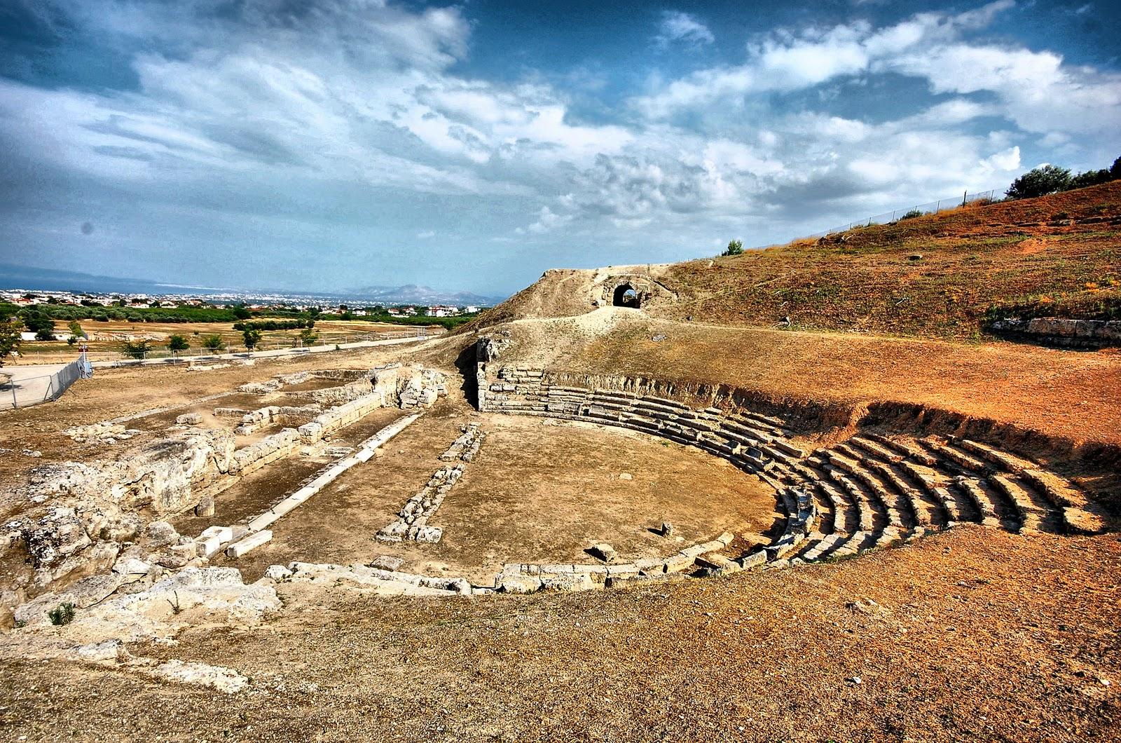 To Αρχαίο Θέατρο Σικυώνας σε μία μοναδική τοποθεσία -