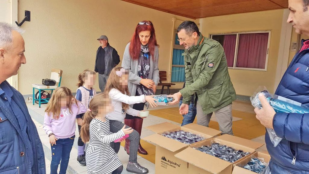 Αποτέλεσμα εικόνας για Παγουρίνια σε μαθητές μοίρασε  ο Δήμαρχος Σικυωνίων, Σπύρος Σταματόπουλος