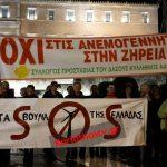 Σήκωσαν πανό μπροστά από τη Βουλή για τις ανεμογεννήτριες στη Ζήρεια (φώτο)