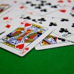 Τους έκαναν «τσακωτούς» στο Βραχάτι  την ώρα που έπαιζαν παράνομα χαρτιά – Κατέσχεσαν τα χρήματα